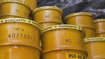 Eingelagerte Fässer mit Atommüll in einem Endlager (Symbolbild)