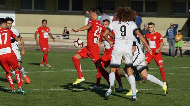 Dietikons Verteidiger Adin Sljivar ist für einmal schneller am Ball als Hönggs Dreifach-Torschütze Marin Wiskemann (Nummer 9), der nicht nur mit seiner Haarpracht an David Luiz erinnerte.