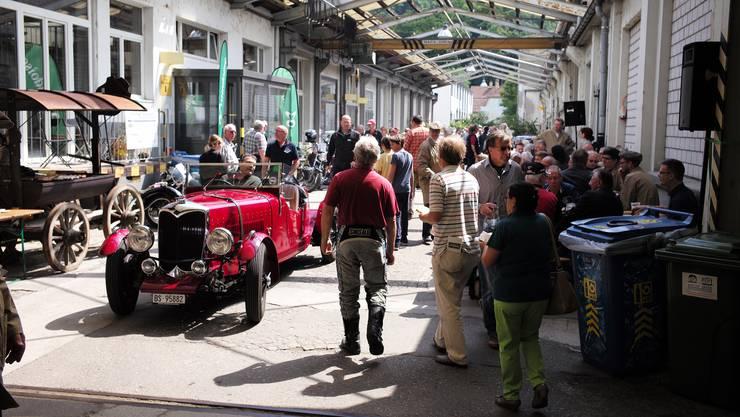 Die Fahrzeuge drehen Runden auf dem Festgelände, sodass alle Zuschauer sie bestaunen können.