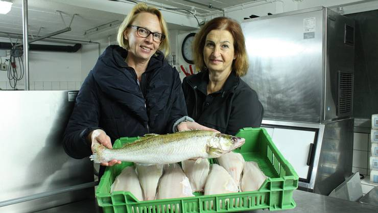 Anita Süess (links) und Brigitte Gsell mit einem ganzen Zander und fertigen Filets.