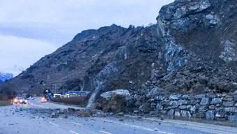 Ein kleiner Felssturz hat im Wallis eine Kantonsstrasse bei Sitten verschüttet.