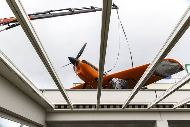 Ein neues Flugzeug auf dem Dach des Airport Hotels