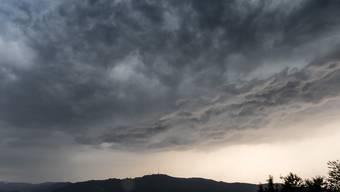 Auch in der Nacht auf Freitag wird es in vielen Gegenden der Schweiz stürmisch. (Symbolbild)