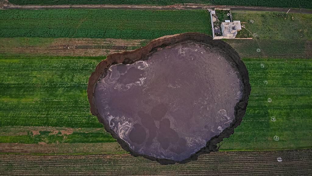So gross wie ein Fussballfeld: Riesiger Krater gibt Rätsel auf