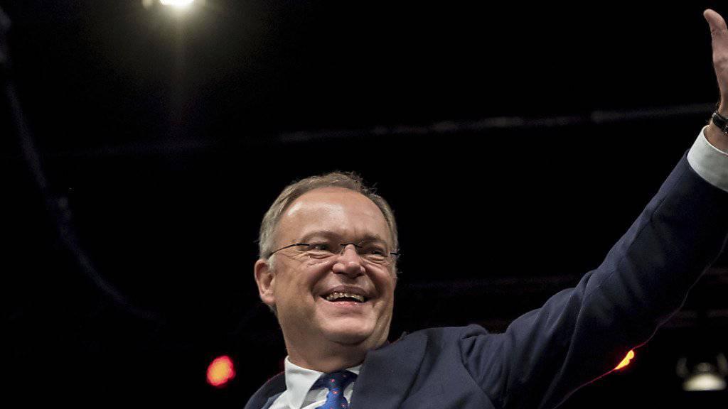 Stephan Weil schafft die Wende für die zuletzt gebeutelte SPD: Seine Partei gewinnt voraussichtlich die Landtagswahlen in Niedersachsen.