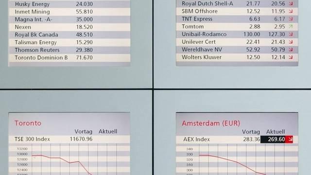 Anzeigetafeln mit der Entwicklung von Börsenkursen (Archiv)