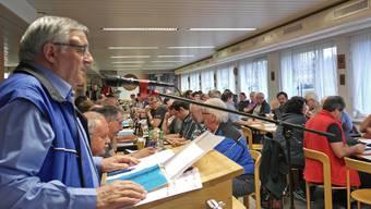 Werner Stauffer (links, am Mikrofon) richtete sich in eindringlichen Worten an die durchführenden Vereine des Aargauer Feldschiessens 2018.
