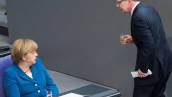 Tritt nicht ab: Thomas de Maizière im Bundestag mit Angela Merkel
