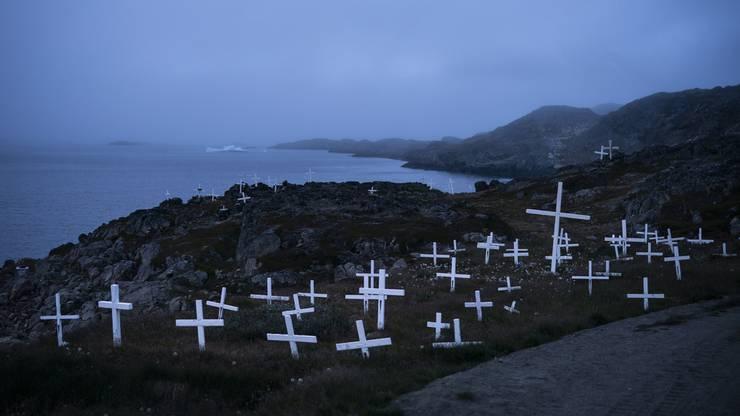 Grönland hat die weltweit höchste Selbstmordrate. Es gibt daher auffallend viele Friedhöfe auf der Insel.