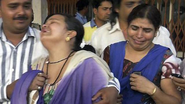 Angehörige von Opfern des Rebellenangriffs in Raipur