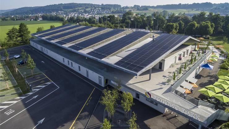 Das Dach der Wohler Eishalle hat den ganzen Tag Sonne. Bild: zvg