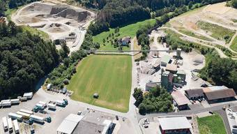 Es geht um die Rasenfläche in der Bildmitte zwischen Förderband und Fuhrpark der Dreier.