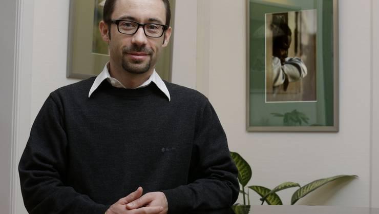 Wieder im Pullover und im Basler Labor: Forscher Manuel Hetzel ist zurück aus den Tropen.