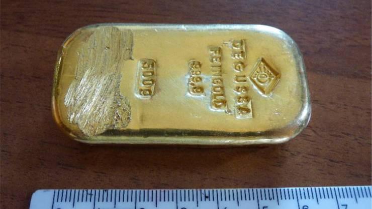 Die Zahl 999,9 bezeichnet die Reinheit des Goldes (24 Karat). Die Seriennummer ist abgefeilt.