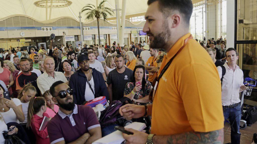 Ein Easyjet-Mitarbeiter informiert in Scharm el-Scheich gestrandete britische Touristen. Am Freitag konnten nur acht der geplanten 29 Flüge nach Grossbritannien durchgeführt werden.