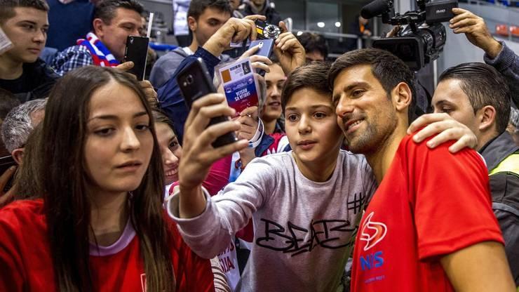 Novak Djokovic geniesst das Bad in der Menge. Von Abstand keine Spur.