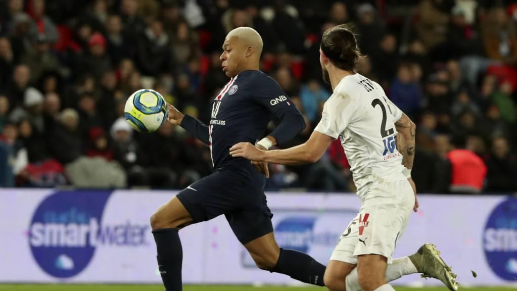 Kylian Mbappé (links) setzt sich hier gegen Jordan Lefort von Amiens durch