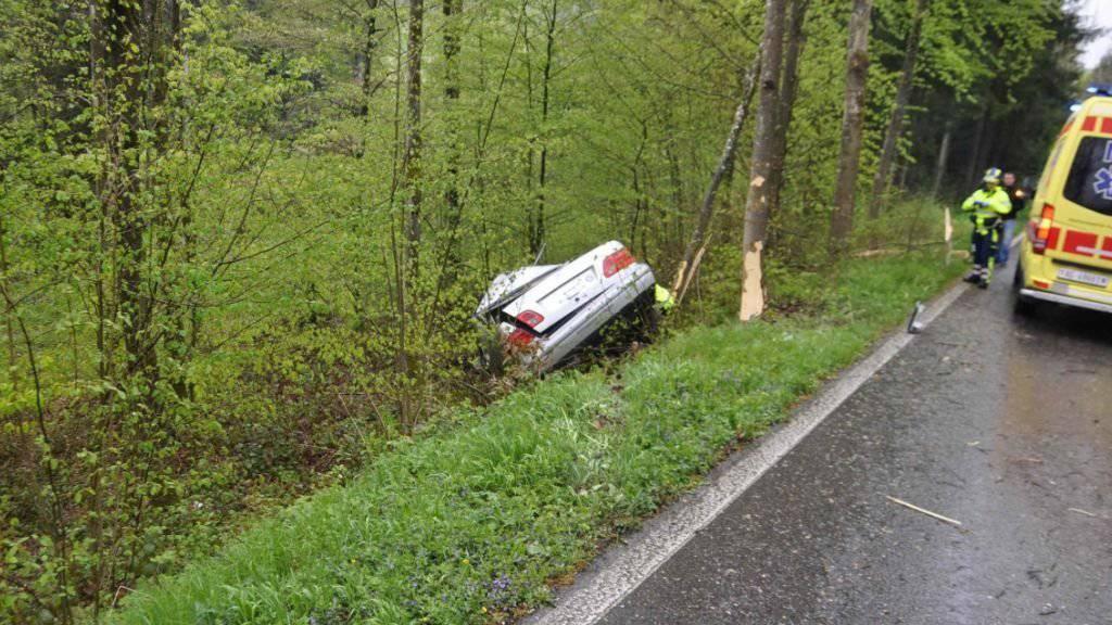 Der 57-jährige Autofahrer musste mit mittelschweren Verletzungen ins Spital gebracht werden.