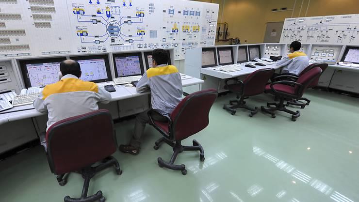 Iranische Techniker arbeiten im Atomkraftwerk Bushehr. Von der Cyber-Attacke durch den Computer-Virus Stuxnet war auch diese Anlage betroffen. (Archivbild)