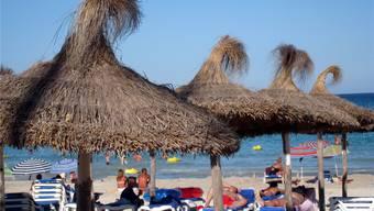 Touristen geniessen die Sonne – auch am Strand von Sa Coma auf Mallorca.