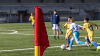 Die Coronakrise hat in der Schweiz unter anderem den Spielbetrieb der Fussballjunioren lahmgelegt. Davon betroffene Vereine erhalten vom Kanton Zürich Unterstützung. (Symbolbild)