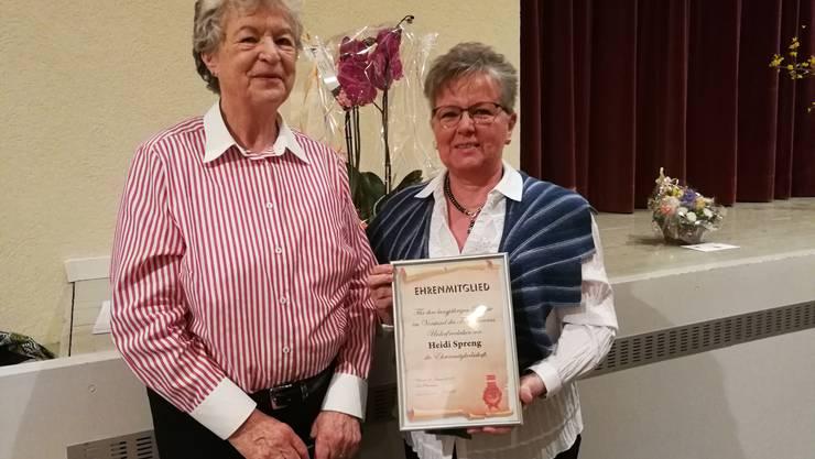 Annamarie Zürcher überreichte Heidi Spreng die Urkunde als Ehrenmitglied