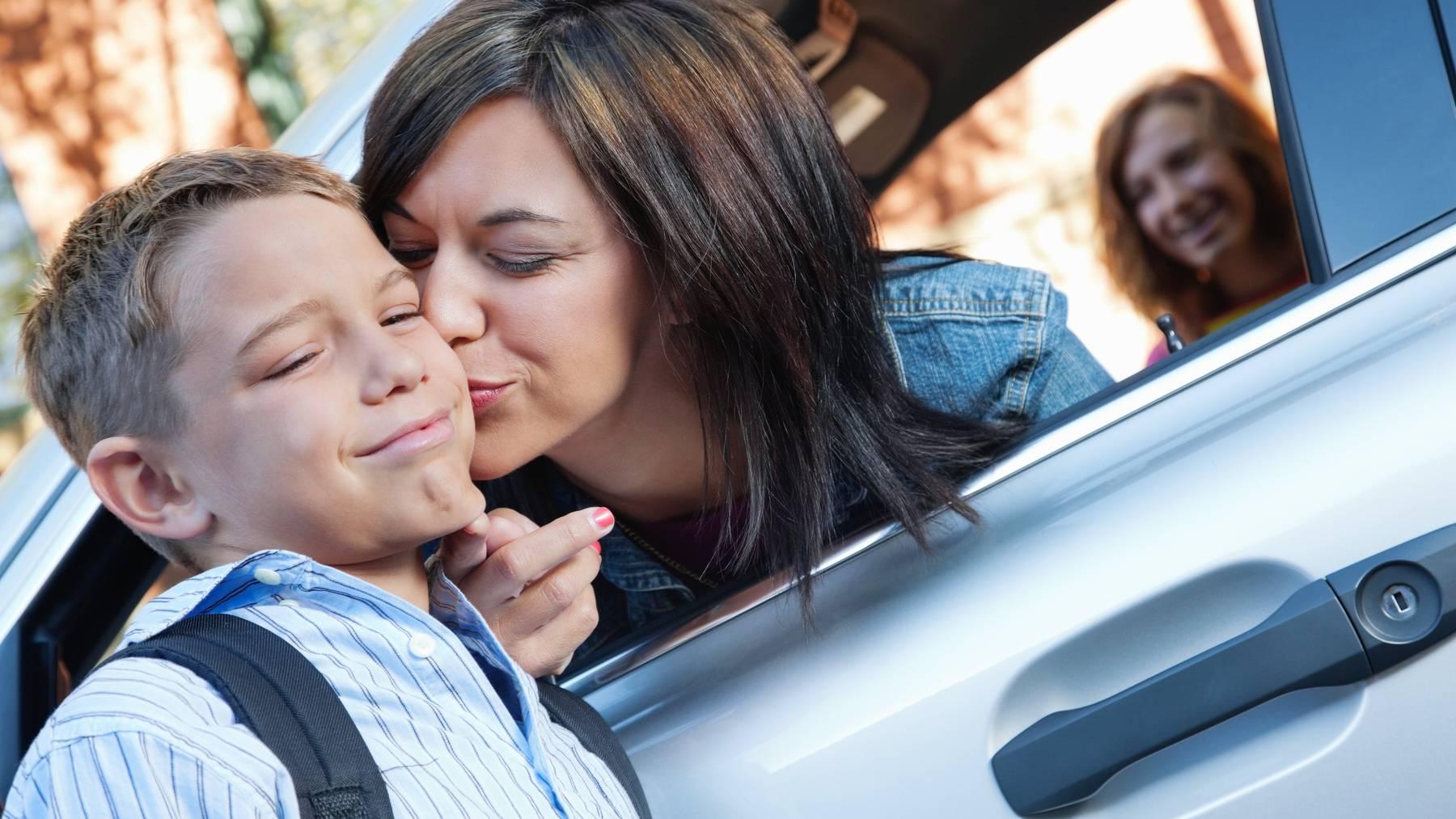 Den Schulen ein Dorn im Auge: Elterntaxis sollen verschwinden.