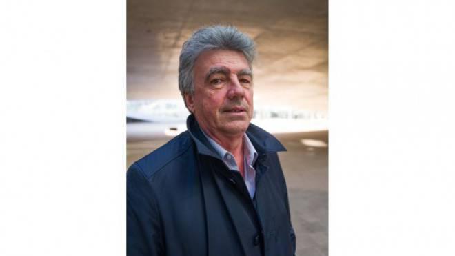 Mit Witz, Charme und Visionen: Patrick Aebischer vor dem Rolex-Center auf dem Campus der ETH Lausanne. «Wir sollten mutig bleiben», sagt er zu seinem Abschied. Foto: Mario Heller