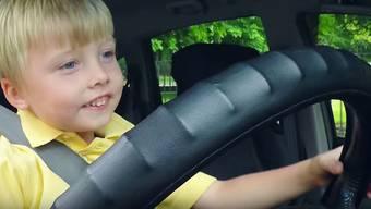 Ein 3-jähriger Taxifahrer kurvt durch die Strassen Dublins – so reagieren Passanten und Kunden.