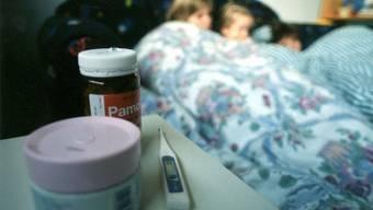 An der Grippe erkrankte Kinder. Soweit muss es nicht kommen: Forscher sind einem Impfstoff auf der Spur, der gegen alle Grippestämme wirkt. (Symbolbild)
