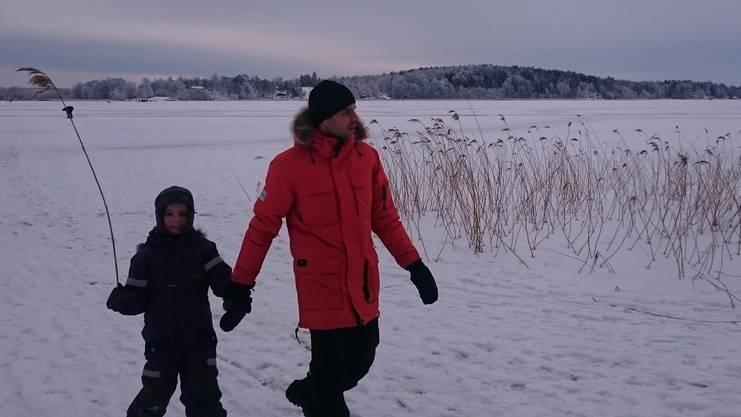 Stephan Meier und Tochter Sophie spazieren im Winter dick eingemummt über den zugefrorenen Mälaren-See.