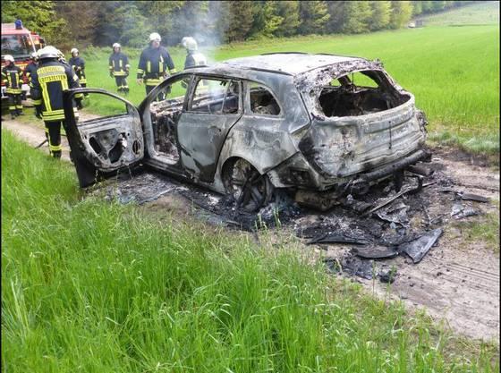 Das Auto qualmte noch, als die Feuerwehr ankam.
