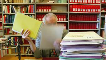 Das Parlament will den Personalbestand beim Bund auf dem Stand von 2015 einfrieren. Im Bild ein Bundesbeamter in seinem Büro in Bern. (Archivbild)