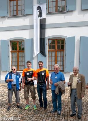 Die drei Vertreter der Turnveteranen-Vereinigung Basel-Stadt stellen sich beim Gästeempfang im Schlosspark Ebenrain gemeinsam mit zwei Baselbietern dem Fotografen. V. l.: Karl Giger, Philipp Gerber, Markus Graf, Benito Zavoli, Erich Rickenbach.