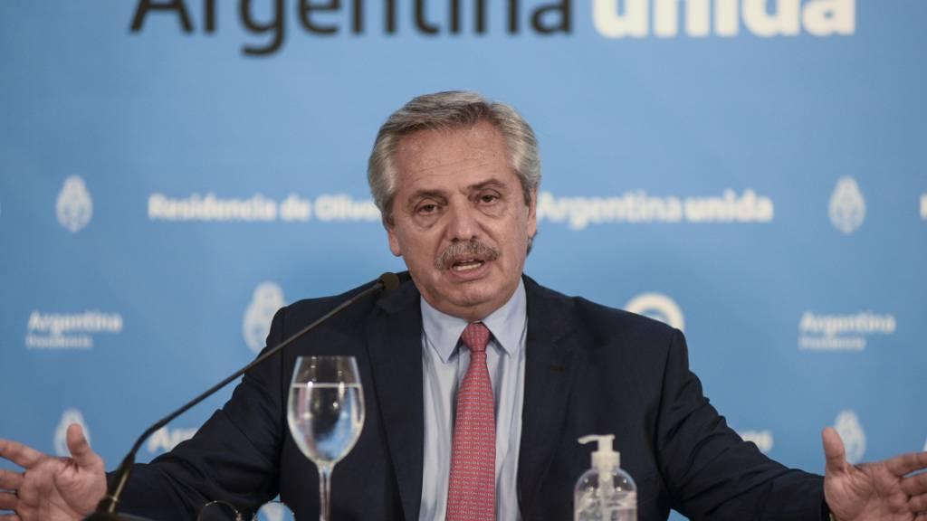 ARCHIV - Alberto Fernandez, argentinischer Präsident, spricht bei einer Pressekonferenz. Fernandez ist bei seinem Besuch im Waldbrandgebiet des argentinischen Teils von Patagonien von Demonstranten angegriffen worden. Foto: Maria Eugenia Cerutti/Presidencia/telam/dpa