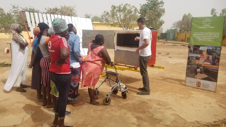 Der Solorofen in Burkina Faso wird von Mitarbeitern erläutert.