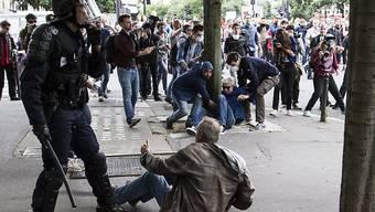 Demonstranten und Polizisten gerieten bei den Protesten gegen die französische Arbeitsmarktreform in Paris aneinander.