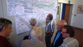 Mit grossem Interesse werden die Pläne studiert und diskutiert.