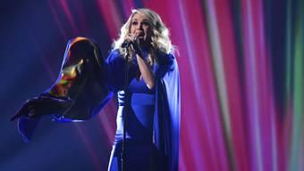 Das waren noch modische Zeiten: In ihrer Spätschwangerschaft trägt US-Sängerin Carrie Underwood zwangsläufig Männerkleider. (Archivbild)