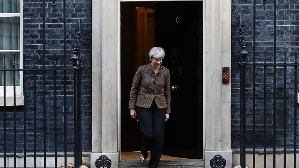 Die britische Premierministerin Theresa May vor ihrer Residenz an der Downing Street 10 im Londoner Regierungsviertel. (Archivbild)