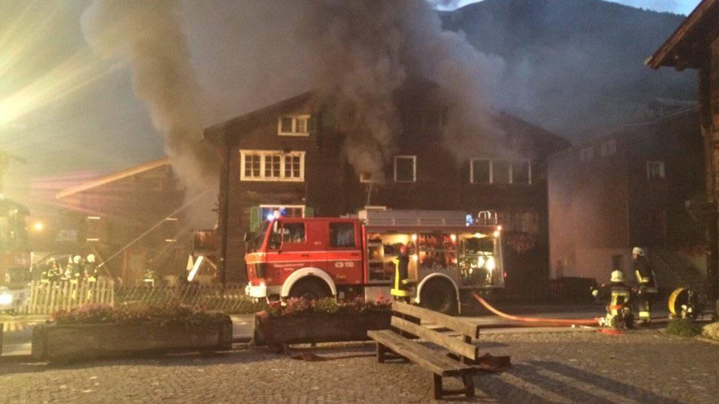 80 Einsatzkräfte der Feuerwehren Unnergoms und Obergoms kämpften gegen den Brand.
