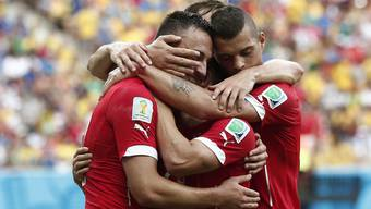 Zweimal spielt Josip Drmic den letzten Pass, Xherdan Shaqiri trifft und die Schweiz gewinnt 3:0 gegen Honduras. Stephan Lichtsteiner und Granit Xhaka feiern mit.