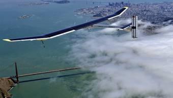 Solar-Impulse-Flugzeug fliegt über Golden Gate Bridge (Archiv)