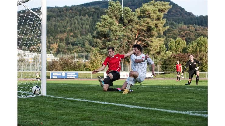 Luca Dimita (FC Dietikon) schiesst das 0:2 und lässt Phil Malzacher (FC Liestal) keine Chance. Liestal Keeper Nils Schulz guckt zu.