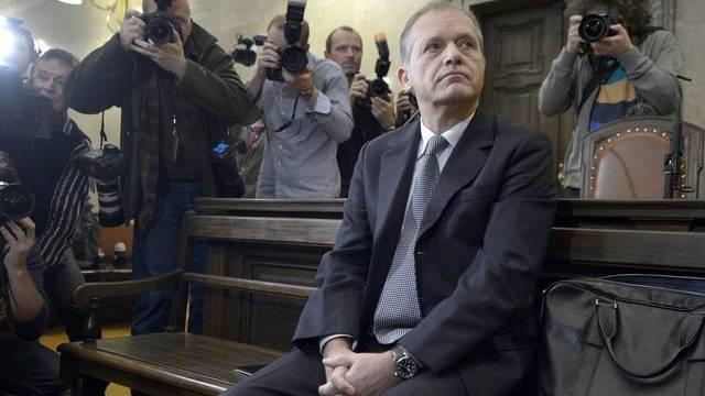 Ernst Strasser vor Gericht von Medienleuten umringt