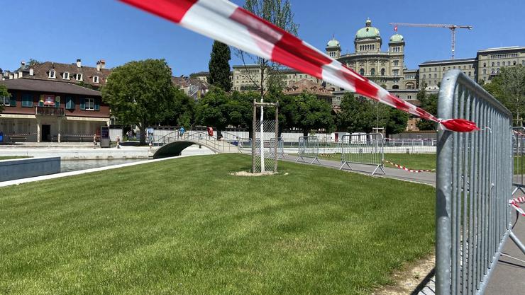 Sonnenbaden verboten: Im Berner Marzili ist (und bliebt) die Liegewiese abgesperrt.