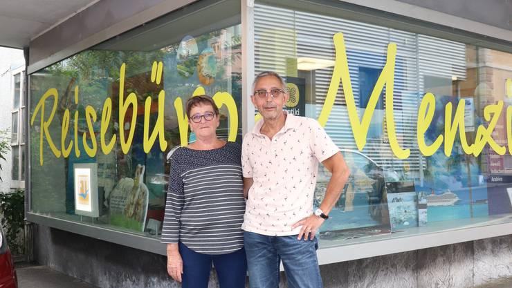 Monika und Gerhard Daetwyler vor ihrem «Reisebüro Menziken». Ende September brechen sie dort die Zelte ab.
