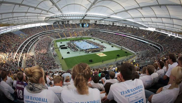 Handball im Fussballstadion in Frankfurt.