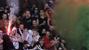Beim Super League Fussballspiel zwischen den Grasshoppers und dem FC Zuerich in Zürich flogen die Petarden