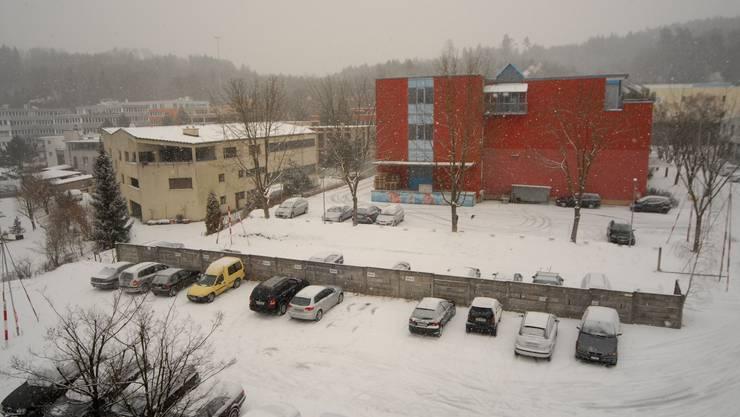 Büroneubau: Wo für die benachbarten Gewerbehäuser noch parkiert wird, soll bald einmal gebaut werden. (Walter Schwager)